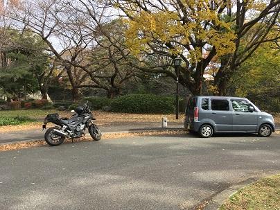 名古屋城近く休日開放中の道路に停車するバイク