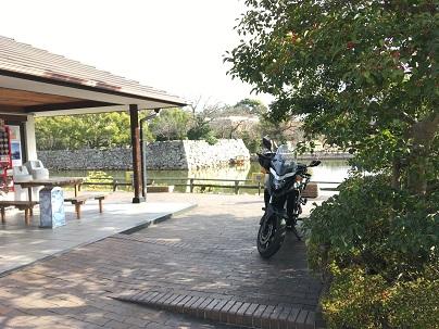鳥城公園駐車場の係りの方の案内で止めさていただいたバイク停車場所