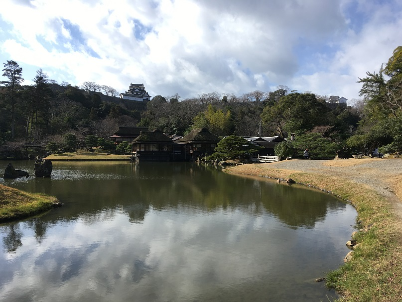 玄宮園から彦根城を含む景色