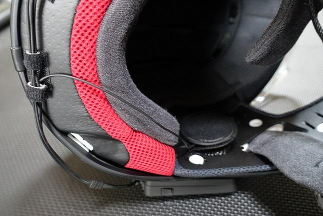 LX-B4FMの配線をヘルメットに沿って行わせた様子