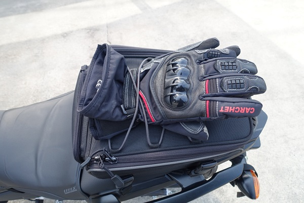 HenlyBegins DH-710シートバッグのバンジーコードにグローブを挟んだ見た目