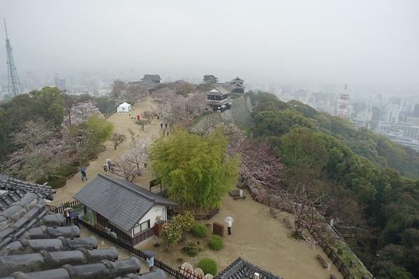 松山城天守からの景色雨
