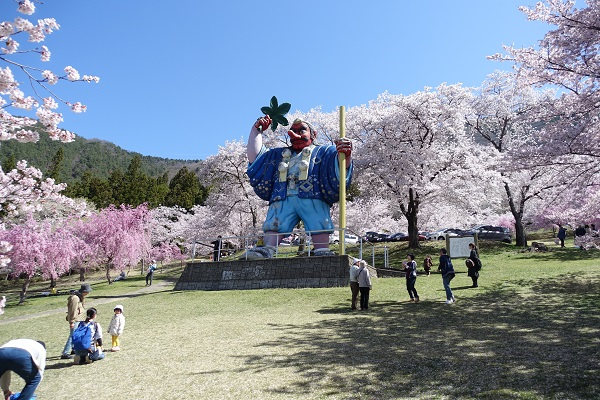 戸倉宿キティパークの桜と天狗