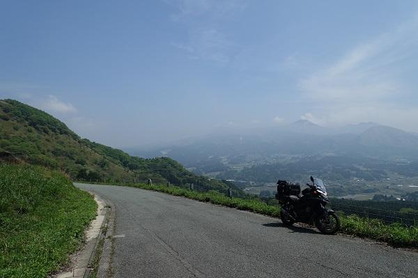 俵山峠を上るバイク