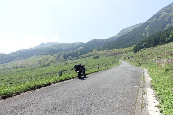 俵山峠を駆け上がるバイク