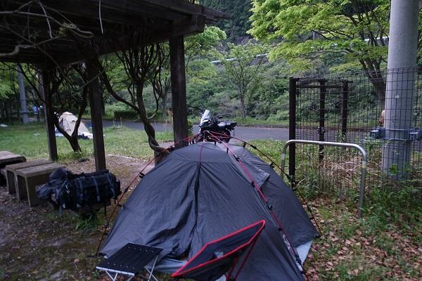厳木ダムキャンプ場テント設営
