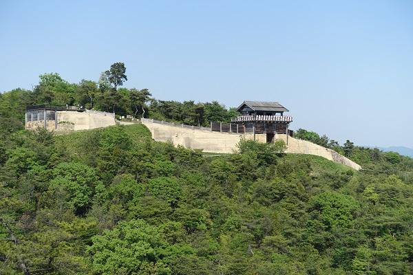 鬼ノ城西門を展望所から眺める
