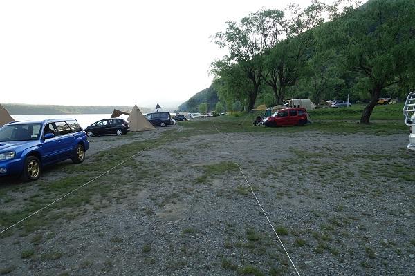 西湖自由キャンプ場サイト列の間