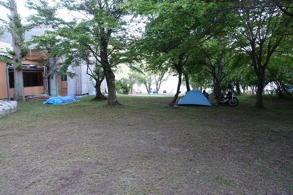 西湖自由キャンプ場サイト受付建物横