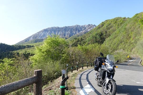 蒜山を背景にバイク