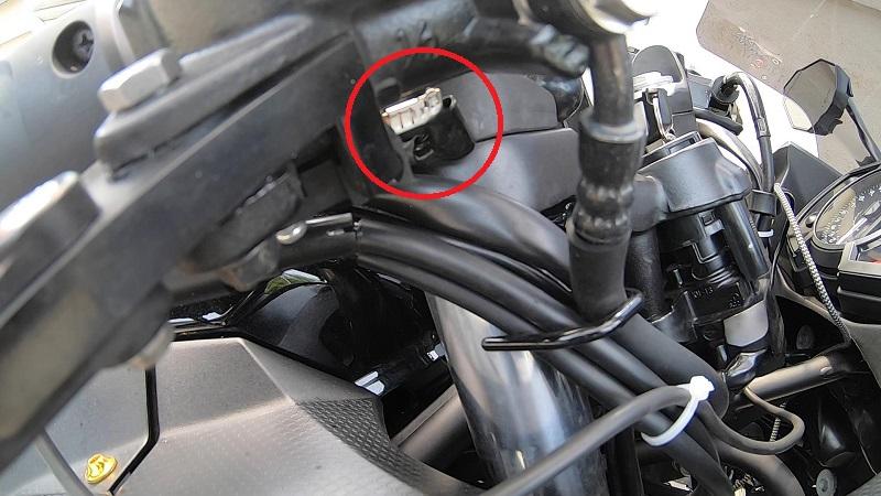 ブレーキスイッチの端子のカバーを外す