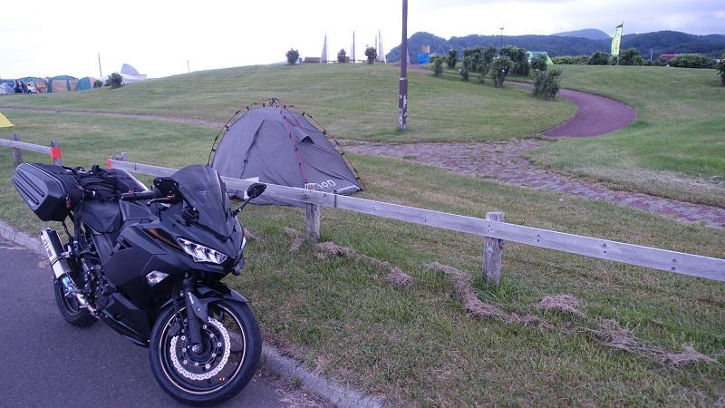 駐車場横にテント設置