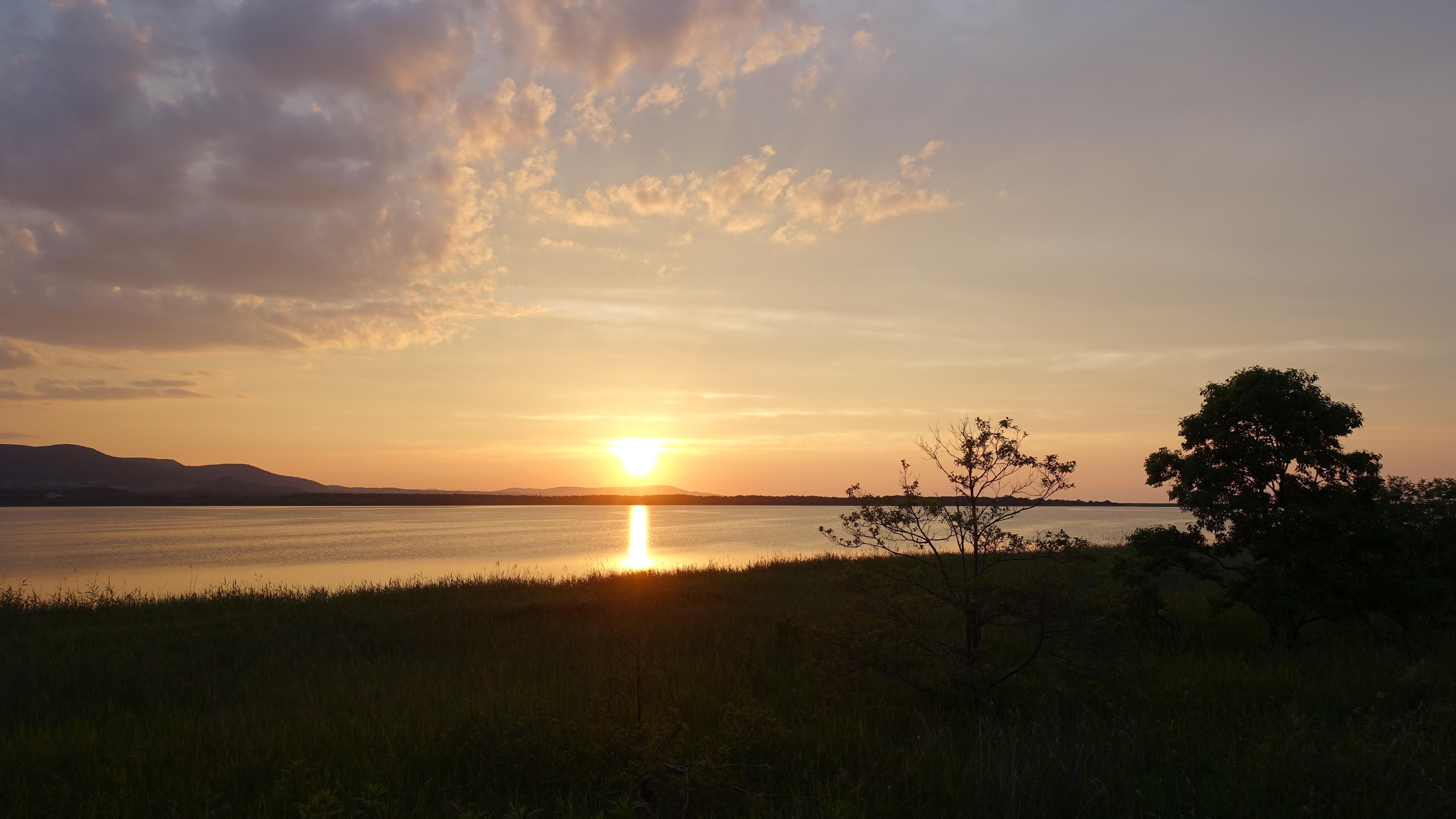 コムケ湖に沈む夕日が綺麗