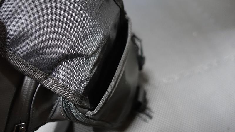 一番外側のポケットは厚みが薄い