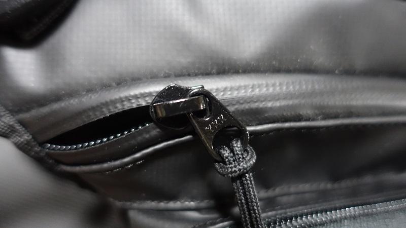 止水ジッパーは内側ポケットだけだけ