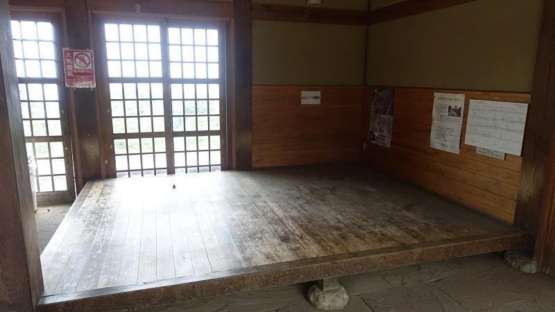 休憩施設内の椅子