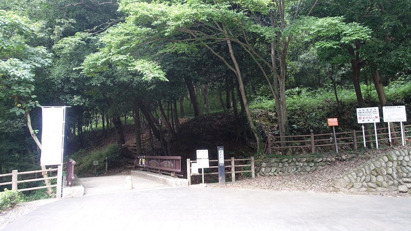 史跡金山城跡 ガイダンス施設からの登山道