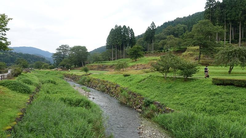 復元町並みと一乗谷城跡の間の川