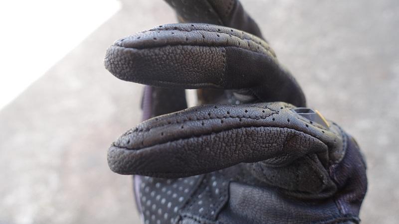 指先は山羊皮&低反発素材で保護