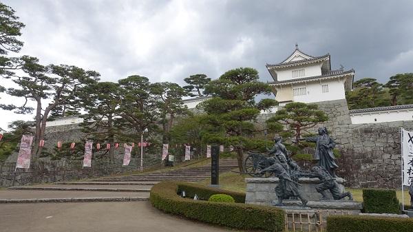 二本松少年隊銅像と奥に箕輪門