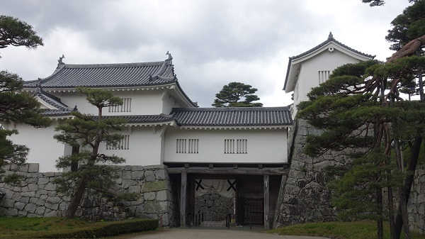 多門櫓(左)/箕輪門(中央)/二階櫓(右) ※裏から